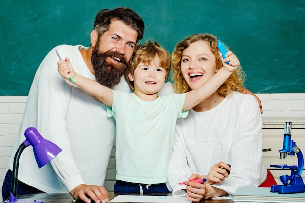Fröhliche familie spielt mit set für kreativität