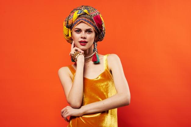 Fröhliche frau ethnizität bunte kopftuch make-up glamour studio model. foto in hoher qualität