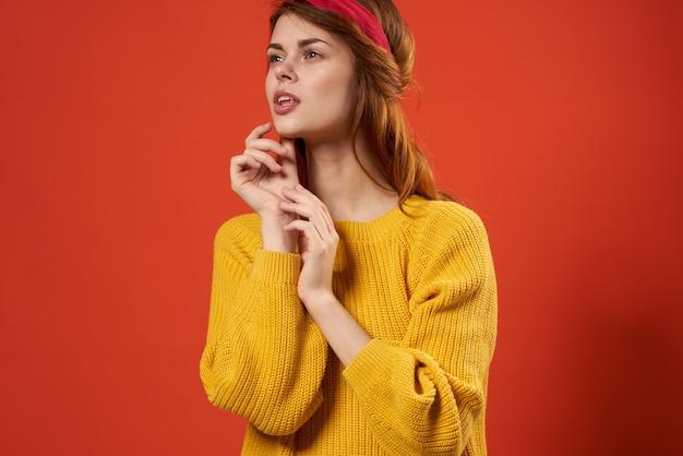 Fröhliche frau im gelben pullover rotes stirnband dekoration mode streetstyle
