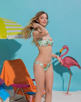 Fröhliche frau im modischen bikini