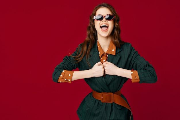 Fröhliche frau in kostüm emotionen glamour kosmetikstudio isoliert hintergrund