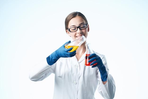 Fröhliche frau laborassistentin chemische lösung biologieforschung