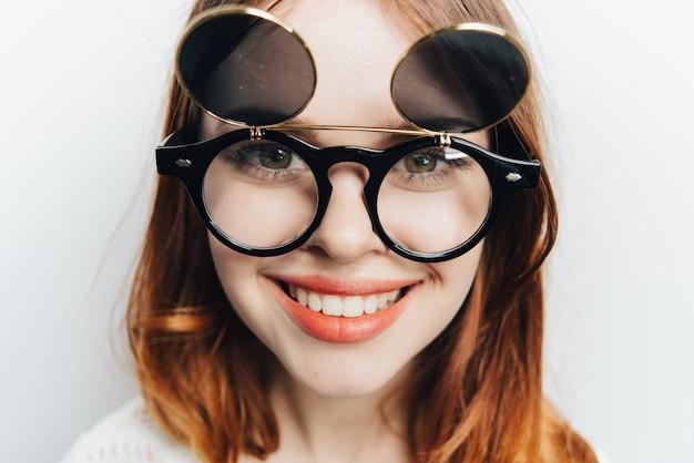Fröhliche frau mit brille lächelt mode nahaufnahme.