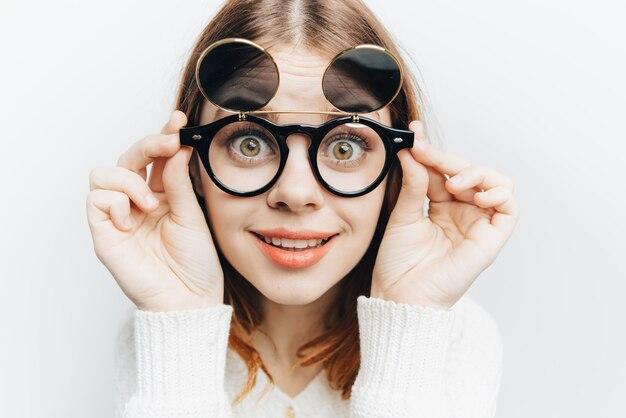Fröhliche frau mit brille lächelt mode