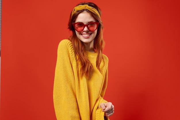 Fröhliche frau mit gelbem stirnband rote brille mode hipster retro