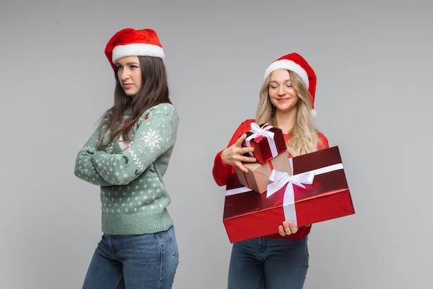 Fröhliche frau mit vielen geschenken möchte sie ihrer besten freundin schenken