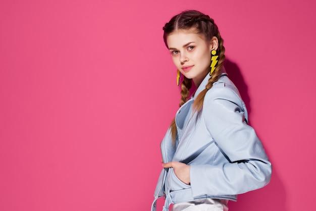 Fröhliche frau mit zöpfen glamour mode spaß rosa hintergrund