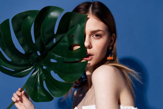 Fröhliche frau palmblatt sommer charme exotischer reisender herbst hintergrund.