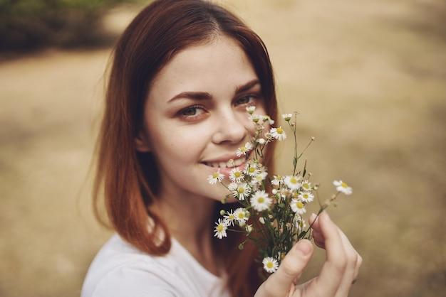 Fröhliche frau reisen urlaub pflanzen natur lifestyle sommer