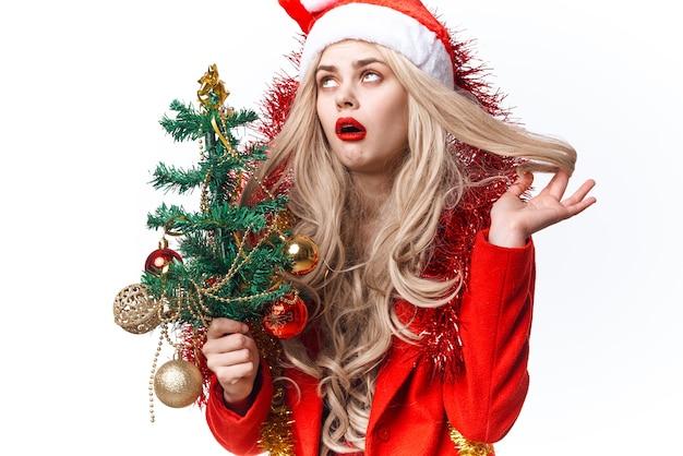 Fröhliche frau verkleidet als sankt-feiertags-weihnachtsdekorationen