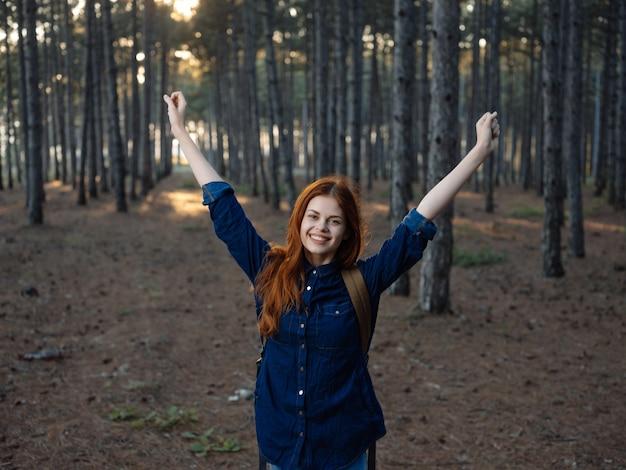 Fröhliche frau wanderer im wald naturfreiheit aktive freizeit