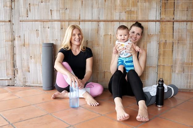 Fröhliche frauen nach yoga-praxis