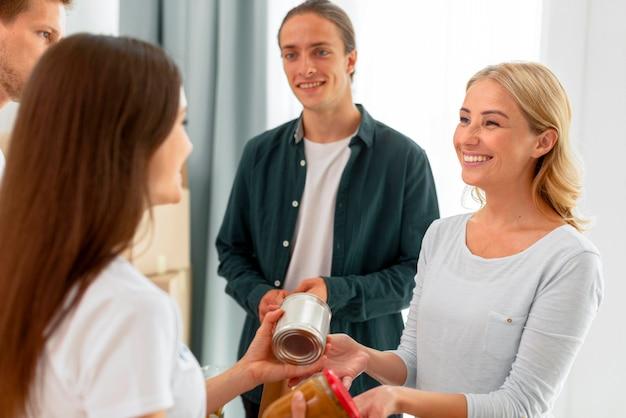 Fröhliche freiwillige, die lebensmittelspenden ausgeben