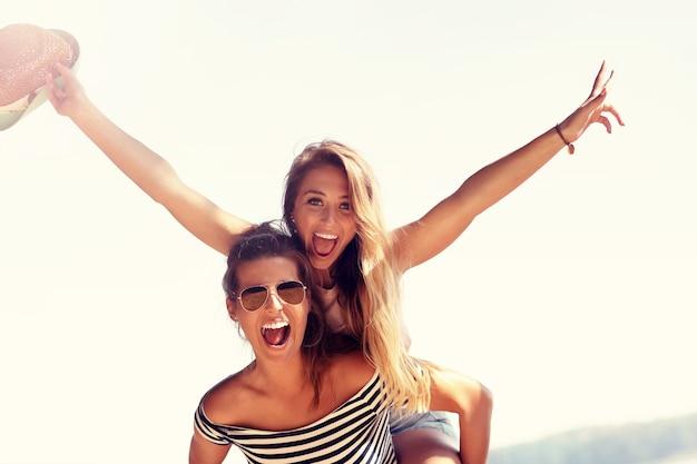 Fröhliche freunde, die im sommer spaß im freien haben