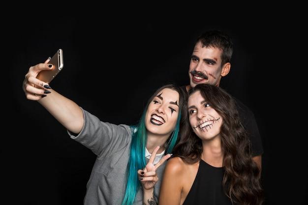Fröhliche freunde nehmen selfie