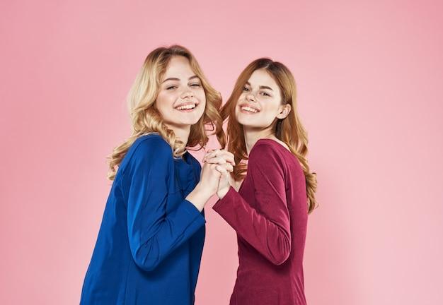Fröhliche freundinnen, die lebensstil umarmen, umarmen abgeschnittene ansicht