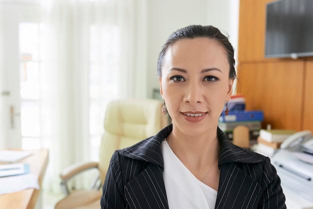 Fröhliche geschäftsfrau im büro