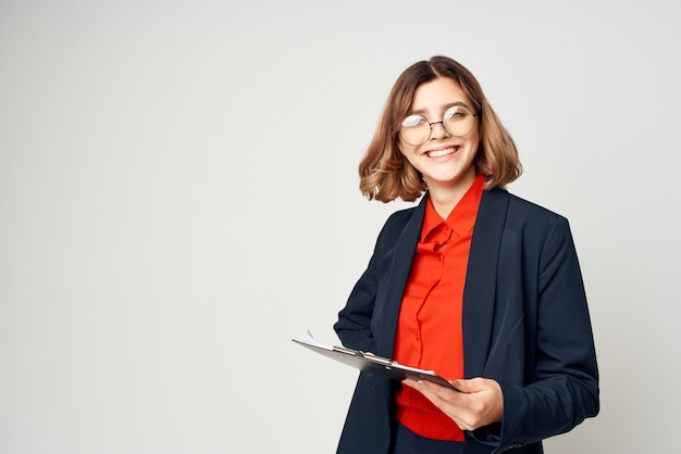 Fröhliche geschäftsfrau in einem anzug mit dokumenten-emotions-arbeitsmanager