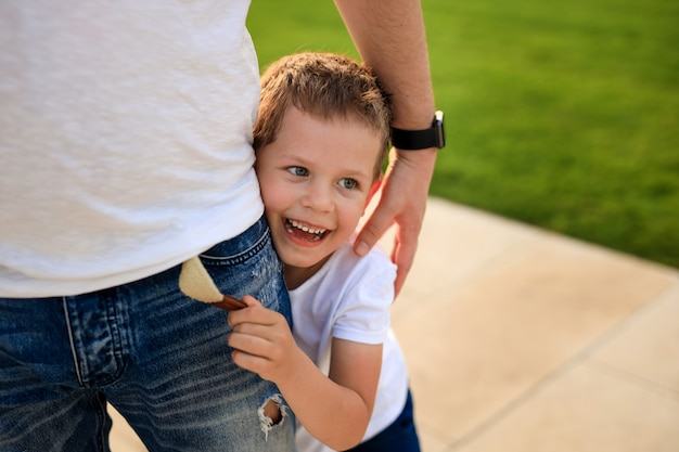Fröhliche glückliche kinder auf einem spaziergang im park