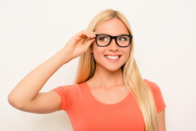 Fröhliche glückliche lächelnde blondine im roten hemd und in der brille