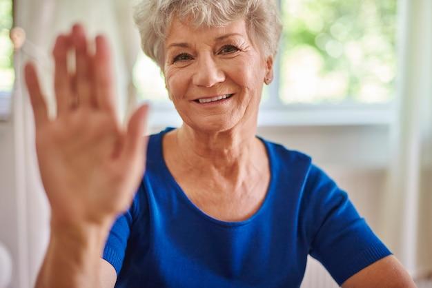 Fröhliche großmutter bei ihr zu hause