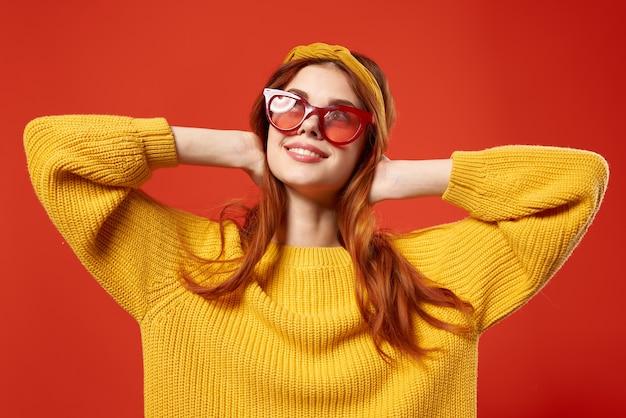 Fröhliche hipster-frau im gelben pullover retro-stil accessoires
