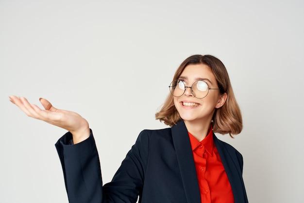 Fröhliche hübsche frau in einem anzug arbeitsdokumentenmanager