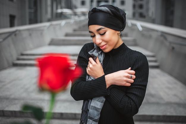 Fröhliche junge arabische frau posiert