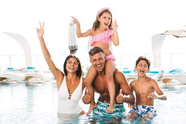 Fröhliche junge familie, die spaß hat