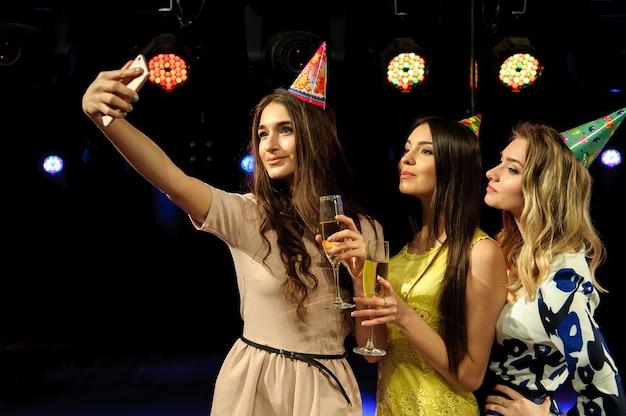 Fröhliche junge firma feiert geburtstag in einem nachtclub.