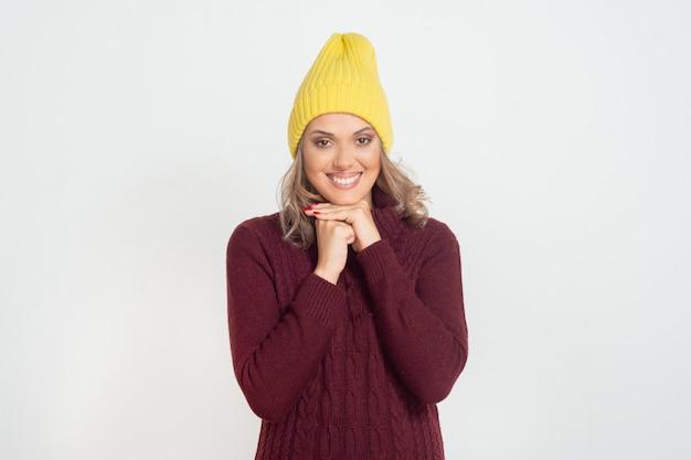 Fröhliche junge frau im gelben hut