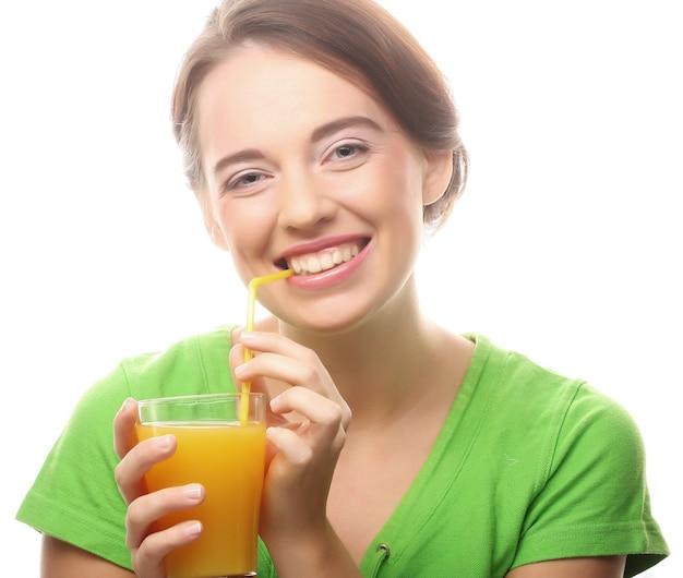 Fröhliche junge frau mit orangensaft, lokalisiert auf weiß