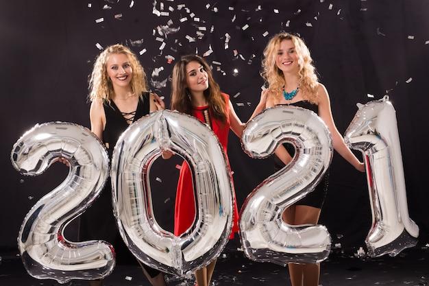 Fröhliche junge frauen feiern silvester 2021