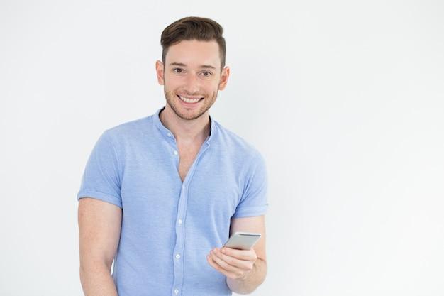 Fröhliche junge männliche manager mit gadget