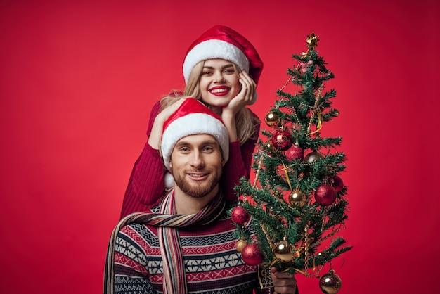 Fröhliche junge paarromantik weihnachtsferienfamilie