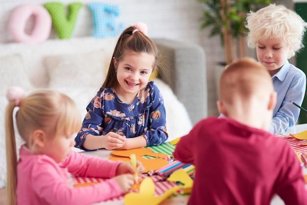Fröhliche kinder mit handgemachter dekoration zu ostern