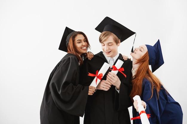 Fröhliche klassenkameraden, die lächelnde freude feiern.