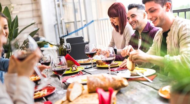 Fröhliche leute trinken zusammen wein auf einer party auf dem dach in einer open-air-villa?
