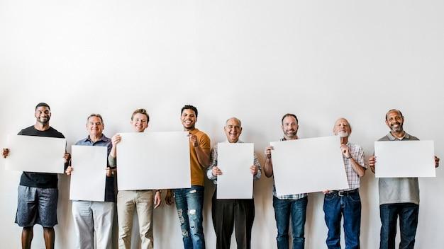 Fröhliche männer, die hintergrund der leeren papiere halten