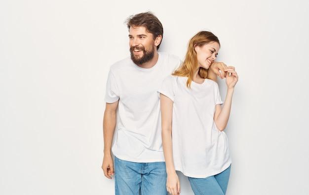 Fröhliche mann und frau t-shirts studio familie lebensstil.