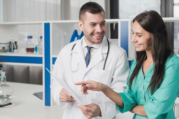 Fröhliche mediziner mit papier