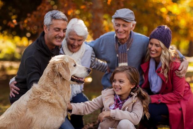 Fröhliche mehrgenerationenfamilie im park