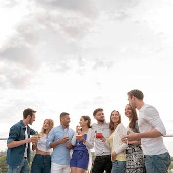 Fröhliche menschen auf einer party