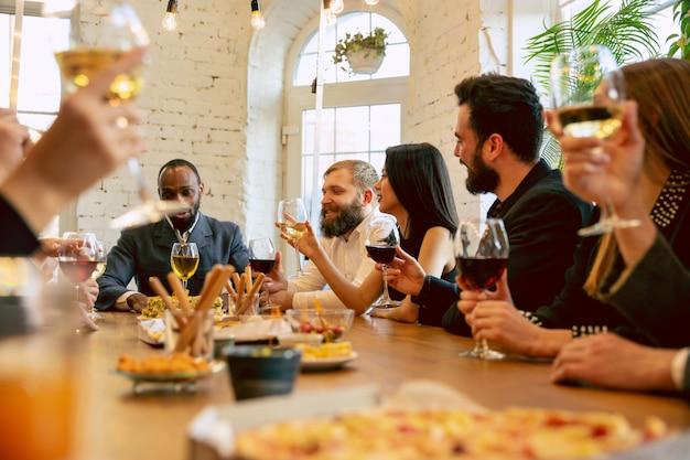 Fröhliche mitarbeiter, die bei betriebsfeier und firmenevent feiern