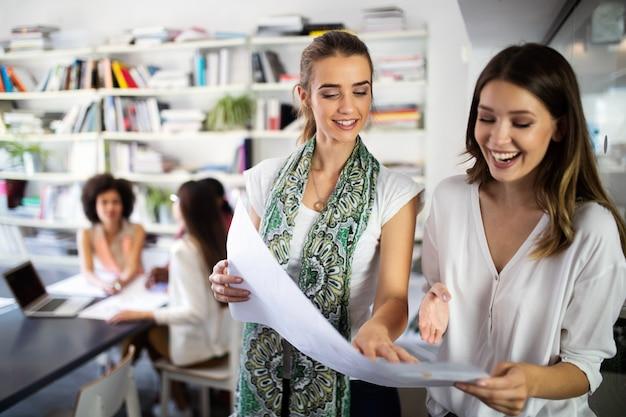 Fröhliche mitarbeiter, geschäftsleute im büro während der firmenversammlung