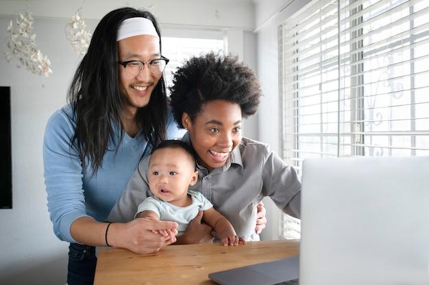 Fröhliche multiethnische bei einem videoanruf mit großeltern während der sperrung von covid19par