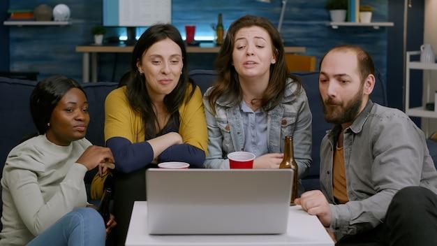 Fröhliche multiethnische freunde begrüßen ihren kollegen während des online-videoanrufs
