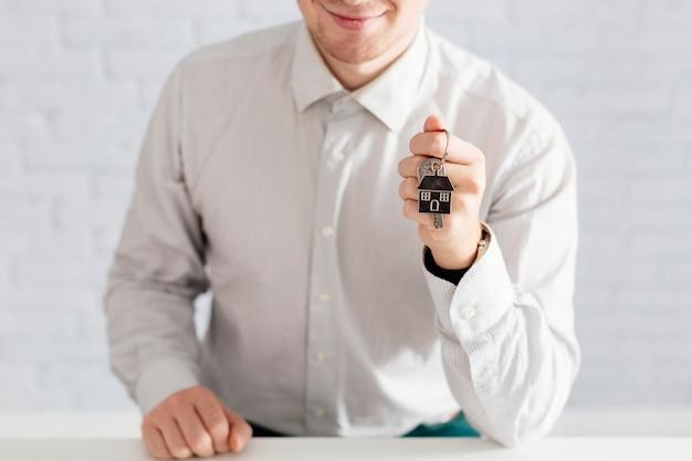 Fröhliche person mit schlüsseln