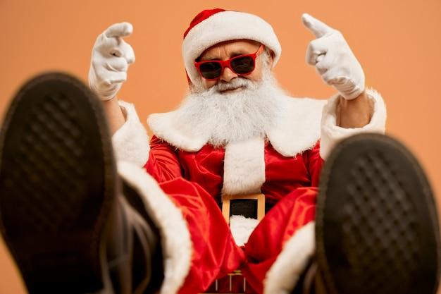 Fröhliche santa claus, die spaß im einkaufswagen hat
