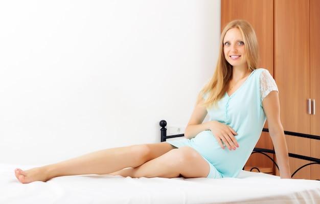Fröhliche schwangere frau